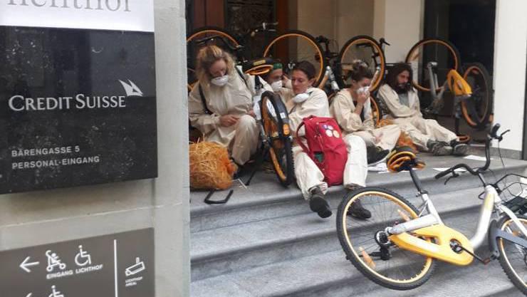 Aktivisten beim Personaleinang der Credit Suisse am Zürcher Paradeplatz.