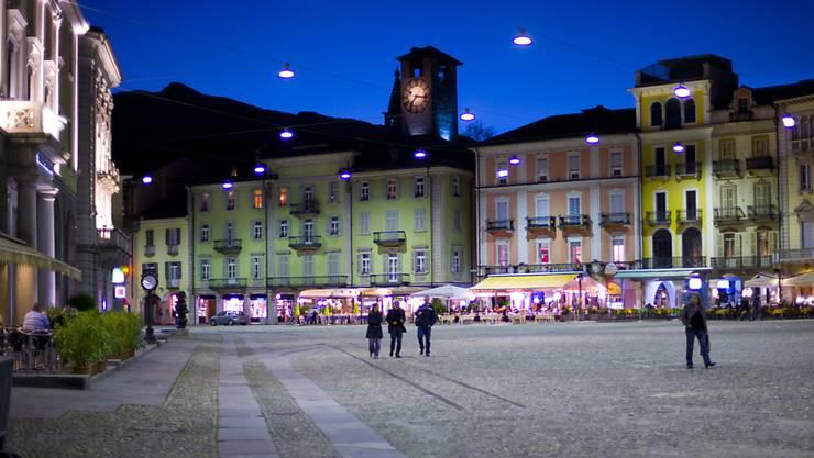 Sollte das Referendum gegen die verlängerten Ladenöffnungszeiten am 28. Februar scheitern, könnten die Tessiner künftig nicht nur auf der Piazza Grande in Locarno eine halbe Stunde länger in den Geschäften stöbern.