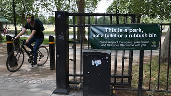 """Ein Transparent mit der Aufschrift """"Das ist ein Park und keine Toilette oder  Müllhalde"""" hängt an einem Eingang zum Hyde Park. Foto: Jonathan Brady/PA Wire/dpa"""