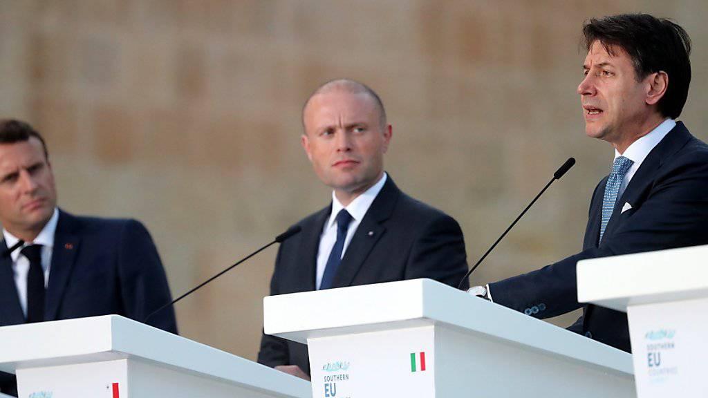 Die südeuropäischen Länder haben in Malta zu einer gerechteren Verteilung von Flüchtlingen innerhalb der EU aufgerufen. Im Bild Frankreichs Präsident Emmanuel Macron (links), Maltas Ministerpräsident Joseph Muscat, (Mitte) und Italiens Ministerpräsident Giuseppe Conte (rechts). EPA/DOMENIC AQUILINA