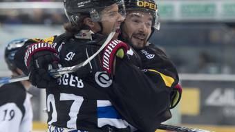 Erfolgreich in die Saison gestartet: Fribourgs Torschütze zum 2:0, Yannick Rathgeb (li.), freut sich mit Michal Birner