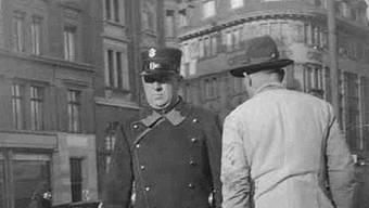 Polizist auf dem Marktplatz, 1934. Staatsarchiv Basel-Stadt, NEG 4165.