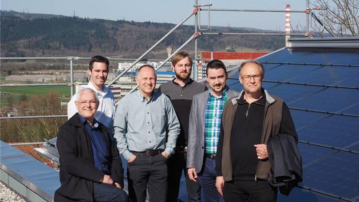 Stehen unter Strom: Gemeindeammann Willy Schürch, Gemeindeschreiber Marius Fricker, Gemeinderat Roland Oeschger, Solarbauer Valentin Schmid, Gemeinderat Bruno Tüscher und Architekt Walter Winter.