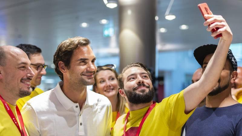 Überglückliche Fans: Roger Federer posiert mit Fans im Shoppi Tivoli