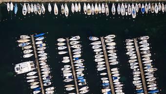 Das Parken eines Bootes im See kostet je nach Gemeinde unterschiedlich viel Miete. Die Differenzen sind jedoch so gross, dass Preisüberwacher Stefan Meierhans Erklärungsbedarf sieht. (Themenbild)