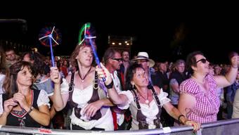 Diese Frauen feiern mit Dirndl zuvorderst mit.