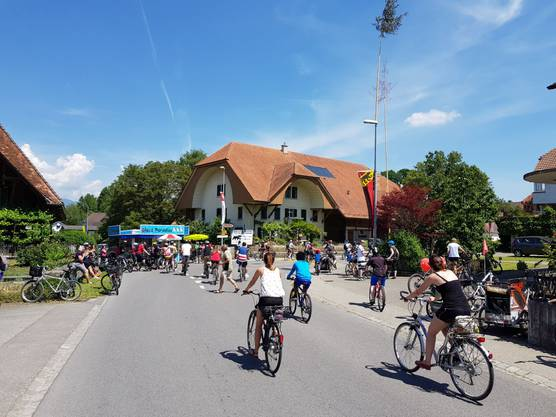Tausende rollen mit ihren Fahrrädern oder auf Inlineskates bei strahlendem Sonnenschein und sommerlichen Temperaturen durch den Bucheggberg