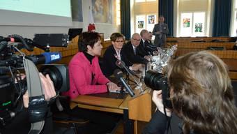Die neu gewählte Regierung präsentiert sich zum ersten Mal vor den Medien. Monica Gschwind setzt neu einen Farbtupfer im Regierungsgebäude.