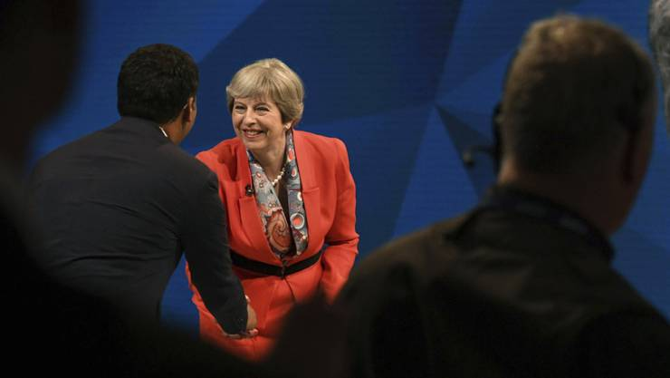 May und Corbyn preisen sich beide während einer TV-Debatte als gute Verhandler mit Brüssel an. (Archivbild)