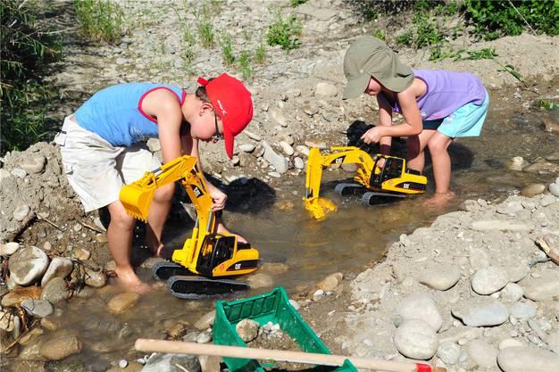 Baggern im Wasser stösst auch beim Nachwuchs auf Interesse.