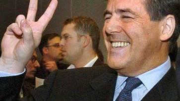 Dieses Bild geht um die Welt, ein Muster für Kapitalismuskritik für eine verhängnisvolle Geste: Joe Ackermann mit Victory-Zeichen nach seinem Prozess 2004.