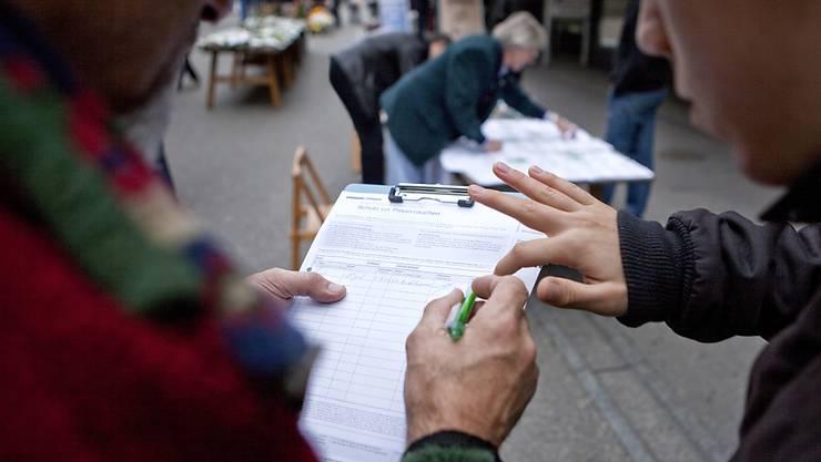 Bisher wurden erst 12'000 von 50'000 nötigen Unterschriften gesammelt für das Referendum gegen die Umsetzung der Masseneinwanderungsinitiative. (Symbolbild)