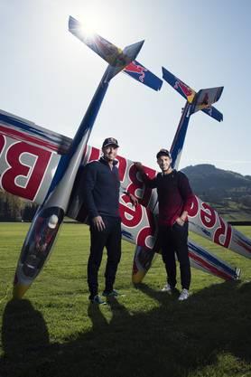 Im neusten Projekt von Andi Schaerer (l.) und Sohn Tim lassen sie ihre zwei Modellflieger in verschiedenen Formationen mit zwei echten Segelflugzeugen fliegen.