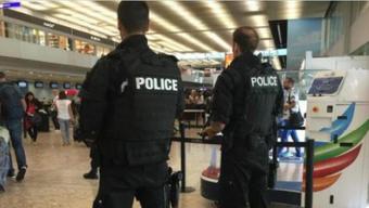 Mehrere Zeugen berichten von zahlreichen Identitätskontrollen im Flughafengebäude. Es sollen während der vergangenen Nacht mehrere Drohungen eingegangen sein, wie verschiedene Medientitel am Mittwoch berichten.