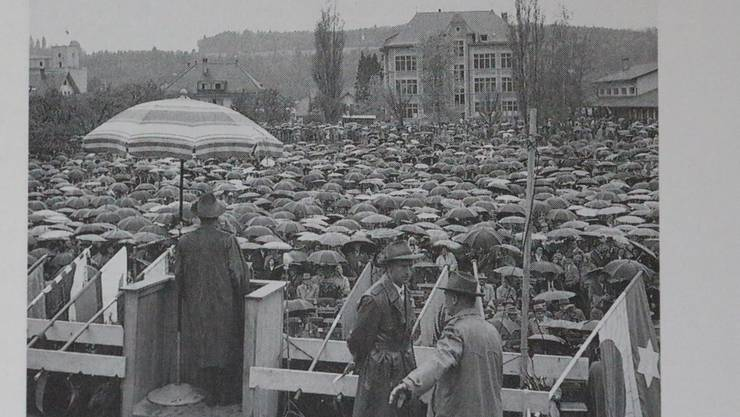 Es herrschte Knirps-Wetter: die Kundgebung hinter dem Bezirksschulhaus in Schöftland. Archivbild: 11.10.1959