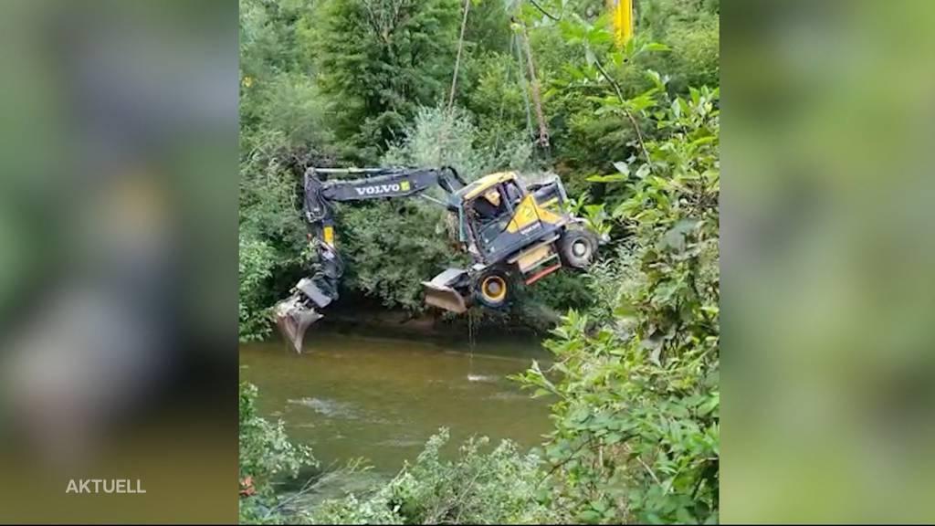 Schwierige Bergung: In Bärschwil überschlägt sich ein Bagger zum Fluss hinunter