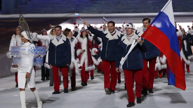 Die russische Delegation läuft bei ihren Heimspielen ins Stadion von Sotschi ein - angeführt von Alexander Zubkov.