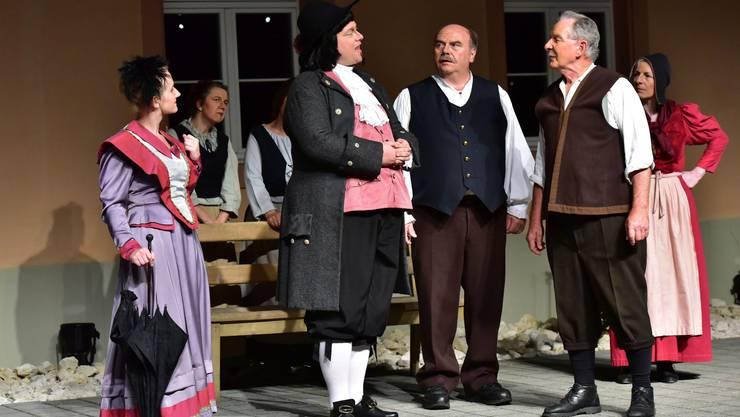 Die Deutschen Charlotte und Helmut Huttenlocher (ganz links vorne: Melanie Hauri und Daniel Joss) bringen Unruhe in die bäuerliche Gemeinschaft.
