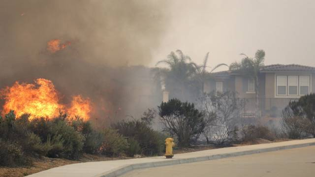 Ein Buschfeuer bedroht Häuser in Carlsbad, Kalifornien