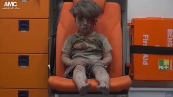 Aktivisten des «Aleppo Media Center» hatten das Video veröffentlicht, das zeigt, wie die Verwundeten, darunter Omran Daqneesh, aus dem Gebäude in den Krankenwagen gebracht werden.