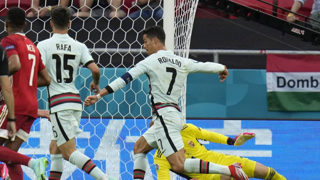 Cristiano Ronaldo (Nummer 7) erzielt das 3:0 gegen die Ungarn in der Nachspielzeit