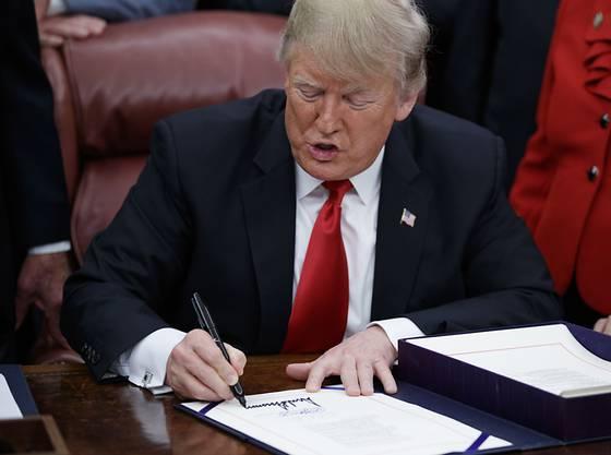 """US-Präsident Donald Trump hat am Freitagabend das Budget-Gesetz unterzeichnet und beendete damit den längsten """"Shutdown"""" in der Geschichte der USA. (Archivbild)"""
