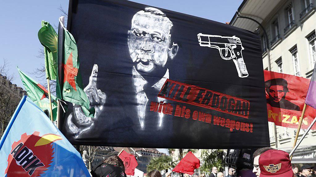 Dieses «Kill Erdogan»-Plakat an einer Demonstration in Bern von Ende März erregt weiter die Gemüter. (Archivbild)