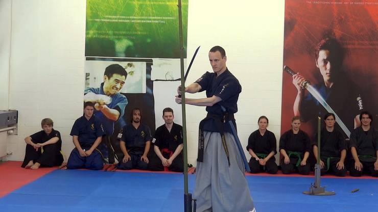 Schulleiter Ralf Sommerfeld beim Bambusschneiden.