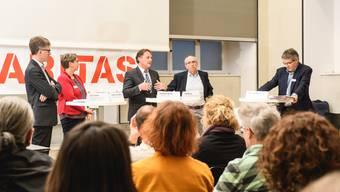«Wird bei den Schwächsten gespart?» Diskussionsrunde mit (v.l.) Urs Trösch (Pro Infirmis), Regula Kuhn-Somm (Caritas), Thomas Blum (Einwohnergemeindeverband), Kurt Boner (soziale Dienste oberer Leberberg) und Moderator Thomas Steiner (Präsident Caritas Solothurn)