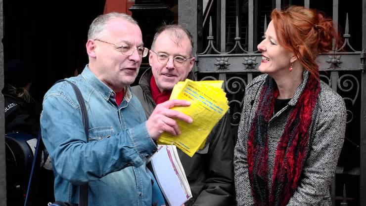 Eric Weber mit seinen deutschen Gästen Sigrid Schüssler und Karl Richter.