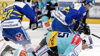 Die beiden Davoser Mathias Joggi (hinten links) und Marc Wieser stoppen den Rapperswiler Brandon Reid