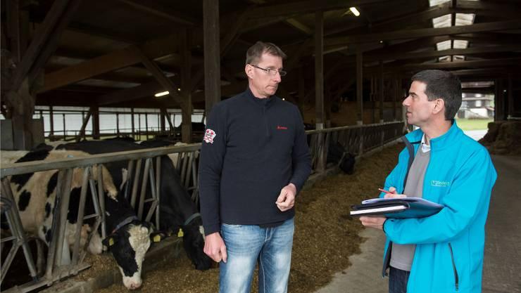 Landwirt Daniel Heeb (links) und Berater Franz Ulrich suchen auf dem Rundgang nach Möglichkeiten, den Energieverbrauch auf dem Lilienhof zu senken.Alex Spichale