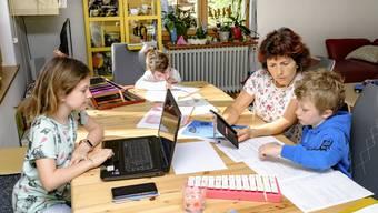 Ob mit drei, acht oder elf Kindern am Tisch: Multifunktionalität ist sich Familie Wenger (von links Caroline, Leonie, Gaby und Jonathan) gewohnt. Die vergrösserte Küche dient als vorübergehendes Klassenzimmer.