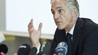 Bundesanwalt Michael Lauber verteidigt vor den Medien in Bern zwei Treffen mit Fifa-Präsident Gianni Infantino im Jahr 2016.