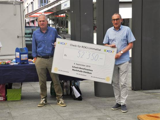 Der Verein ROKJ Limmattal erhielt 52350 Franken Sponsorengelder. Peter Pfiffner (links) und Stadtrat Rolf Schären eröffnen den Anlass.