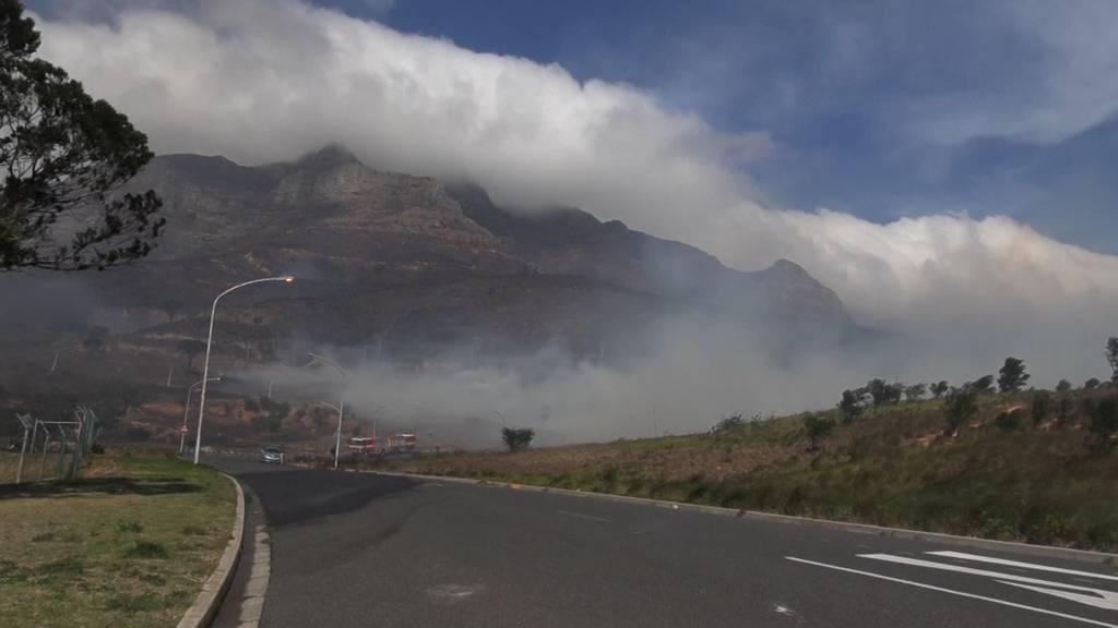 Tafelberg von Rauch verhüllt: Buschbrand in Kapstadt