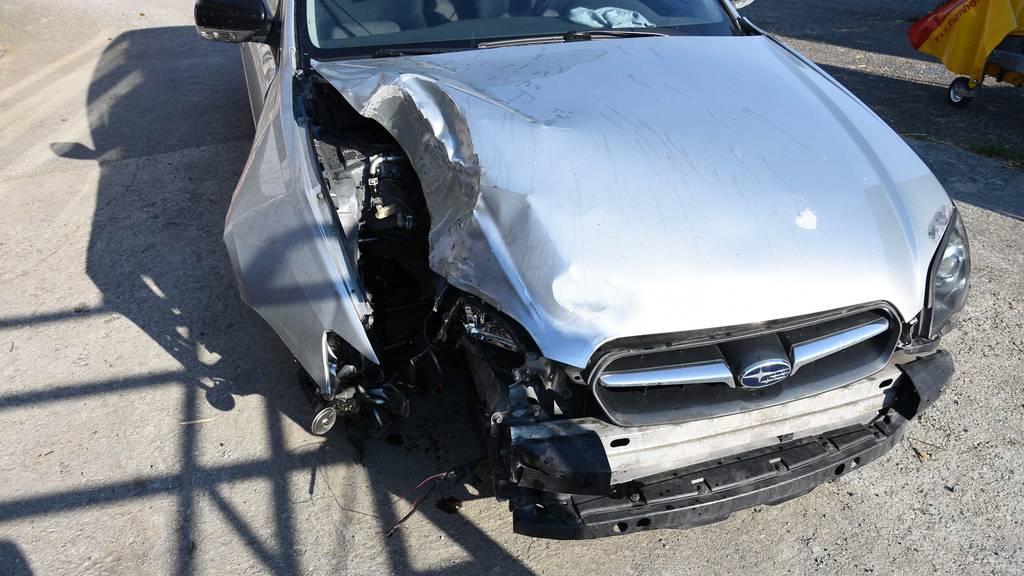 Der Schaden am Auto und am Kandelaber ist immens.