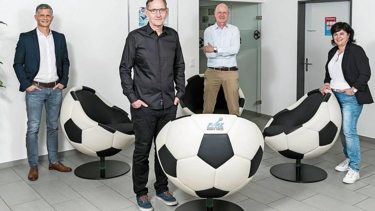 Sie lieben den Zürcher Fussball: Stefan Schötzau, Leiter des kantonalen Sportamts, Mario Fehr, Sicherheitsdirektor, Patrick Meier, Geschäftsleiter des Fussballverbands Region Zürich (FVRZ), und Rita Zbinden, Präsidentin des FVRZ, in der FVRZ-Geschäftsstelle am Alten Zürichweg in Schlieren.