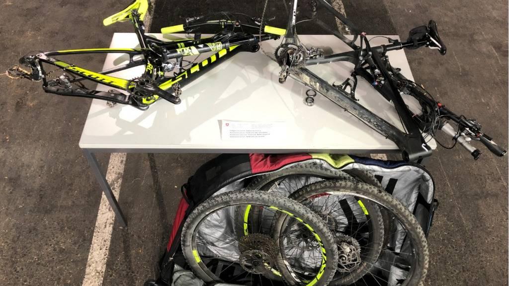 Zollangestellte entdecken in zwei Lieferwagen gestohlene Fahrräder