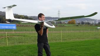Reto Hunziker zeigt stolz sein Segelfliegermodell.