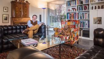 Hotelier-Präsident Jan E. Brucker überlässt für einmal seinen Lieblingsplatz auf dem farbigen Sessel der Vizsla-Hündin Chili.MATHIAS MARX