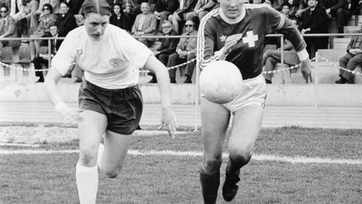 Madeleine Boll (r.) während eines Länderspiels gegen England im Jahr 1975.
