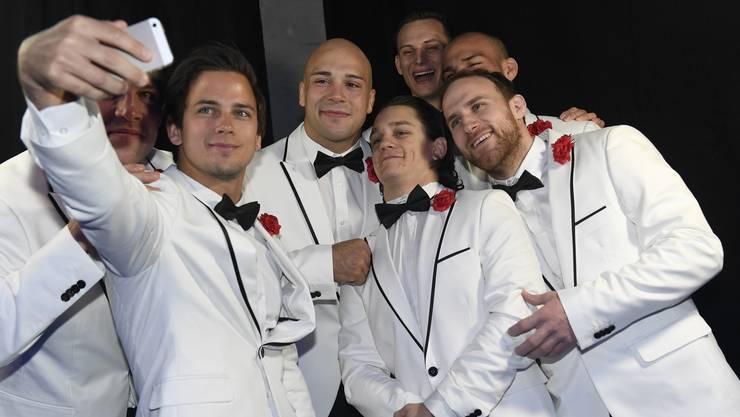 Schick herausgeputzt: Die Judokas aus Brugg beim obligaten Gruppen-Selfie.