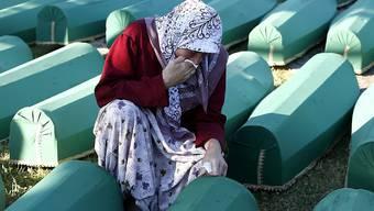 Trauer um die Ermordeten - eine bosnische Muslimin in Srebrenica.