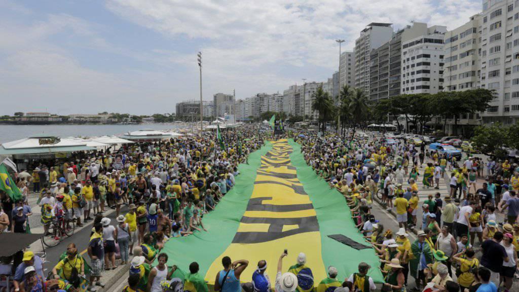 Demonstranten an der Copacabana in Rio de Janeiro fordern mit einem grossen Transparent die Absetzung der brasilianischen Präsidentin Dilma Rousseff.