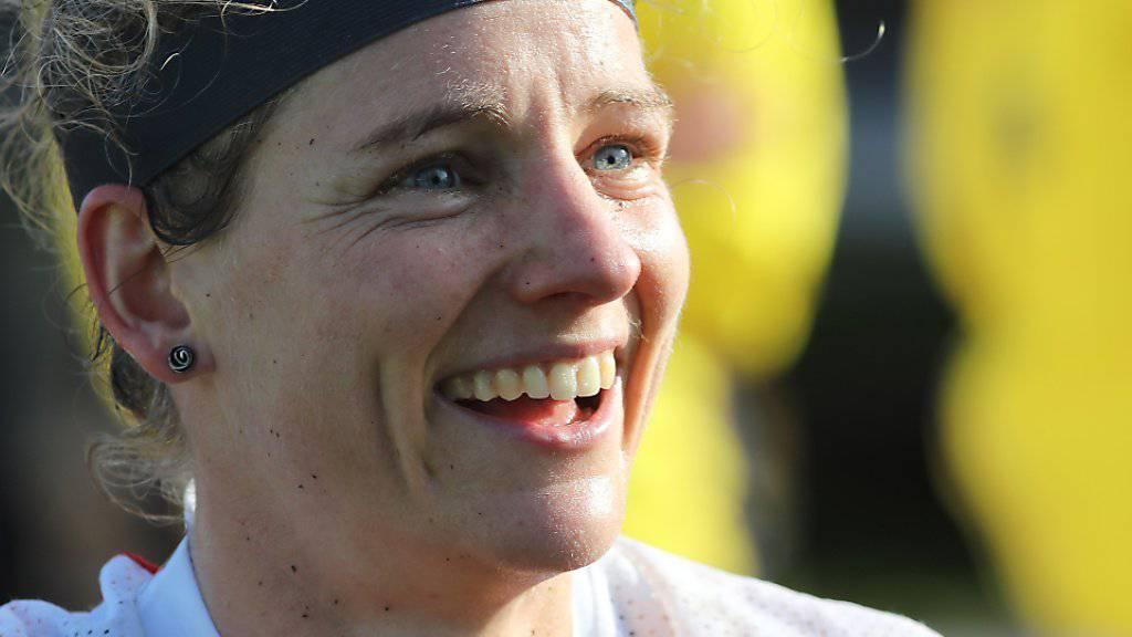 Die Startläuferin Sabine Hauswirth lächelt in die Kamera.