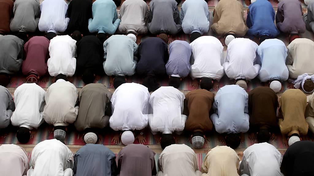 Mann steuert sein Auto offenbar absichtlich in Moschee