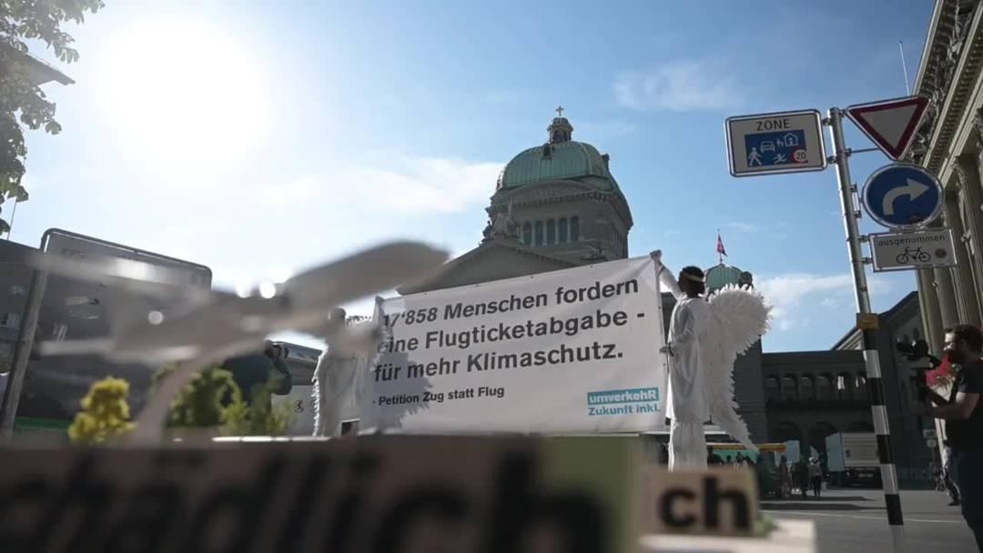 """Petition """"Ja zur Flugticketabgabe"""" dem Parlament übergeben"""