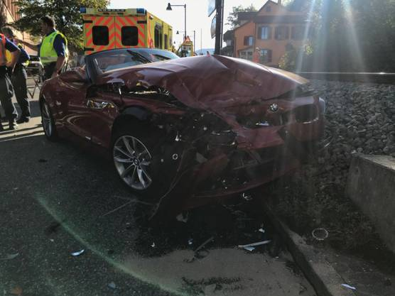 Bei einer Kollision zweier Fahrzeuge sind drei Menschen verletzt worden. Sie mussten alle hospitalisiert werden. An den Autos entstand Totalschaden.