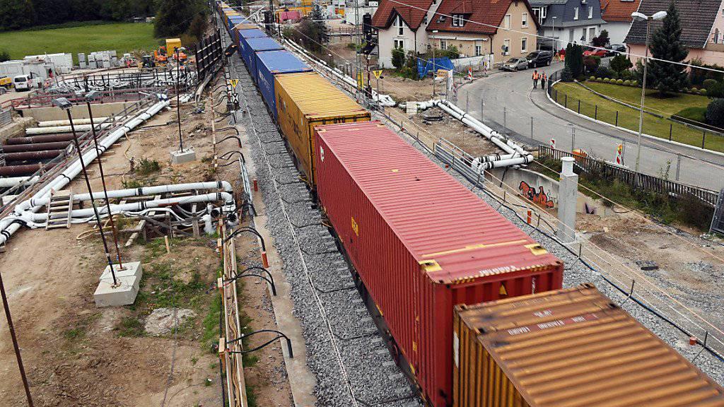 Nach gut siebenwöchiger Sperrung fahren seit dem 2. Oktober wieder Züge über die Rheintalstrecke bei Rastatt D. Im Güterverkehr gingen die Nettotonnenkilometer im dritten Quartal 2017 im Vergleich zur Vorjahresperiode nach der Panne um 6,4 Prozent zurück. (Archivbild)